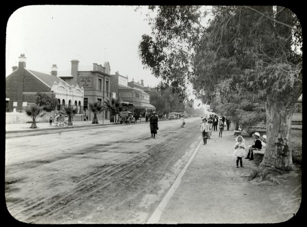 Mildura, Deakin Ave (the SSB is on the left; the nearest car is parked in front of it